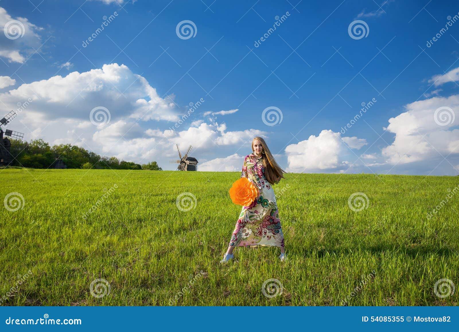 Jong mooi meisje op groen gebied
