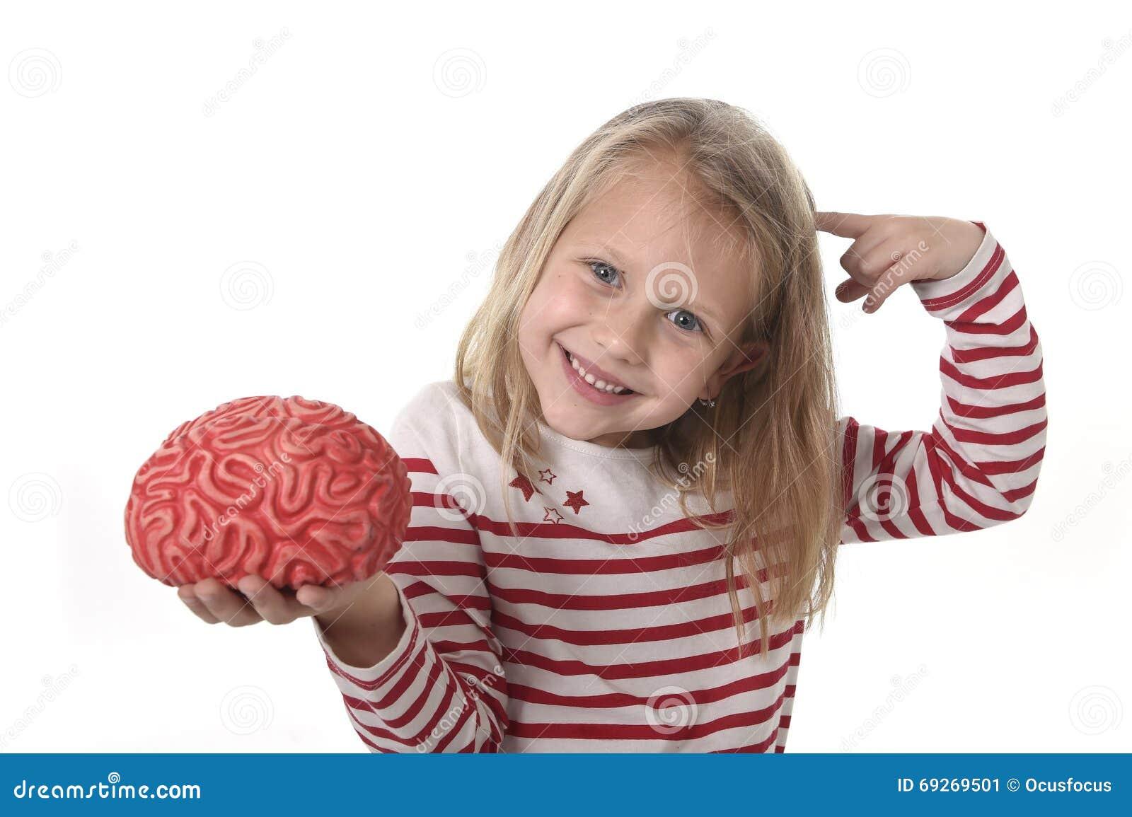Jong mooi meisje 6 tot 8 jaar het oude spelen met rubberhersenen die pret het leren - Jaar oude meisje kamer foto ...