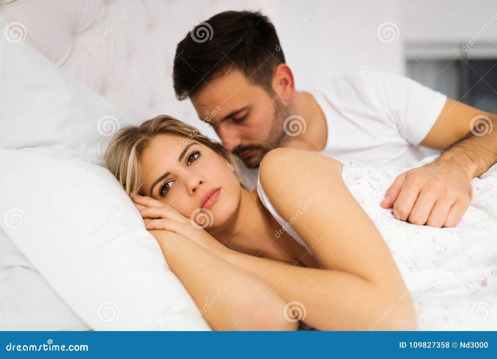 Jong ongelukkig paar die problemen in verhouding hebben