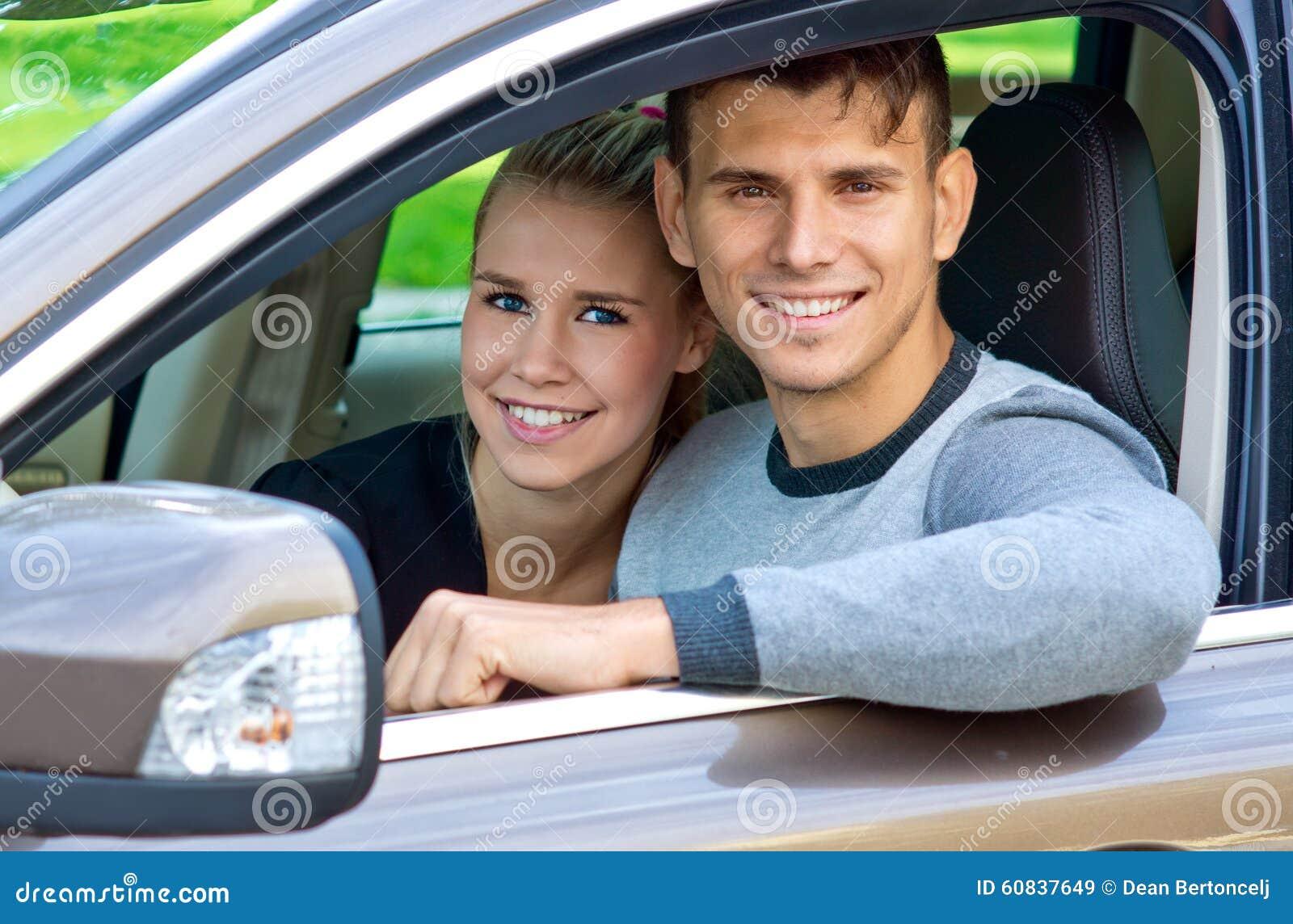 Jong paar in auto