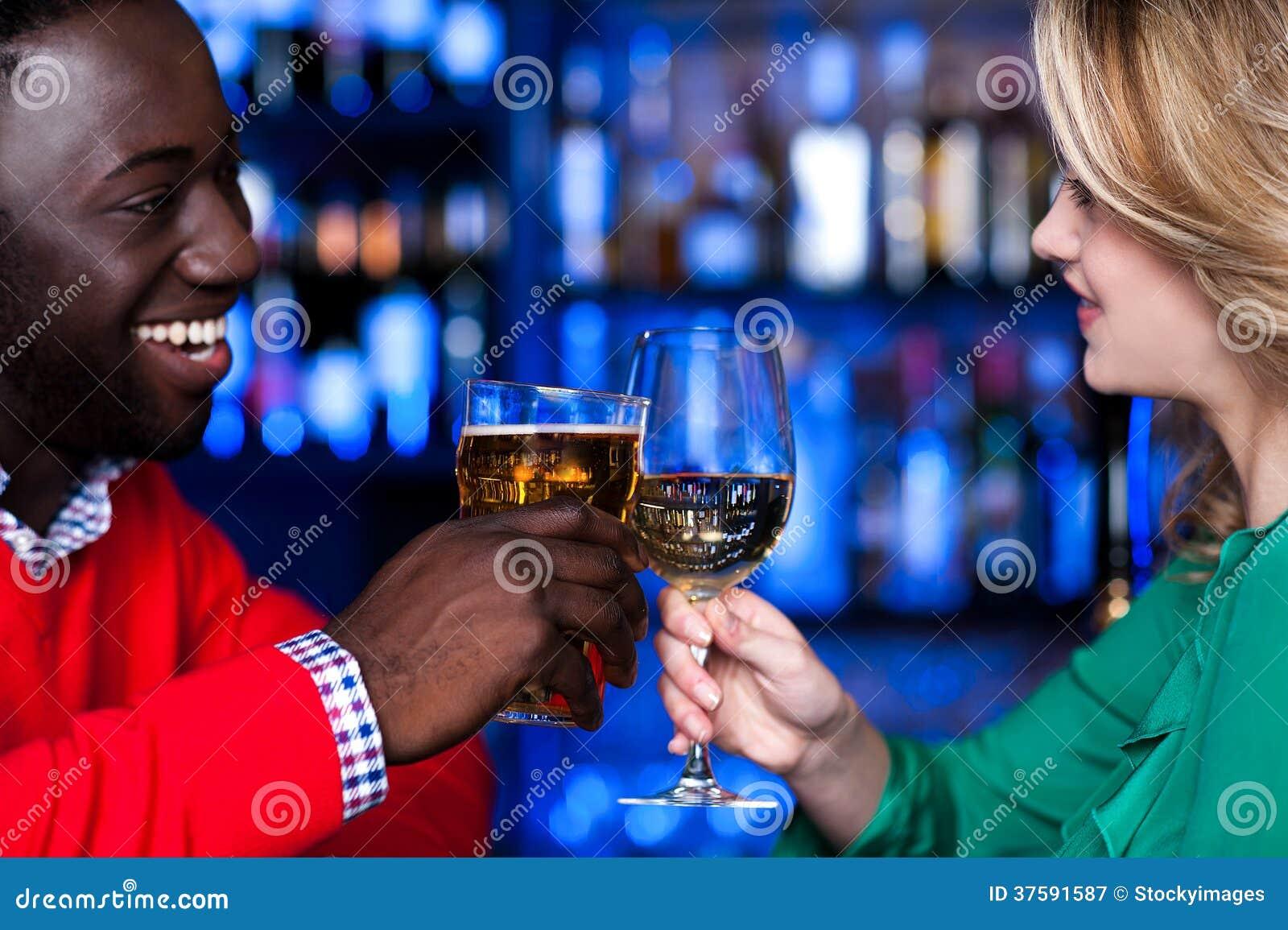 Jong paar bij een bar het vieren liefde