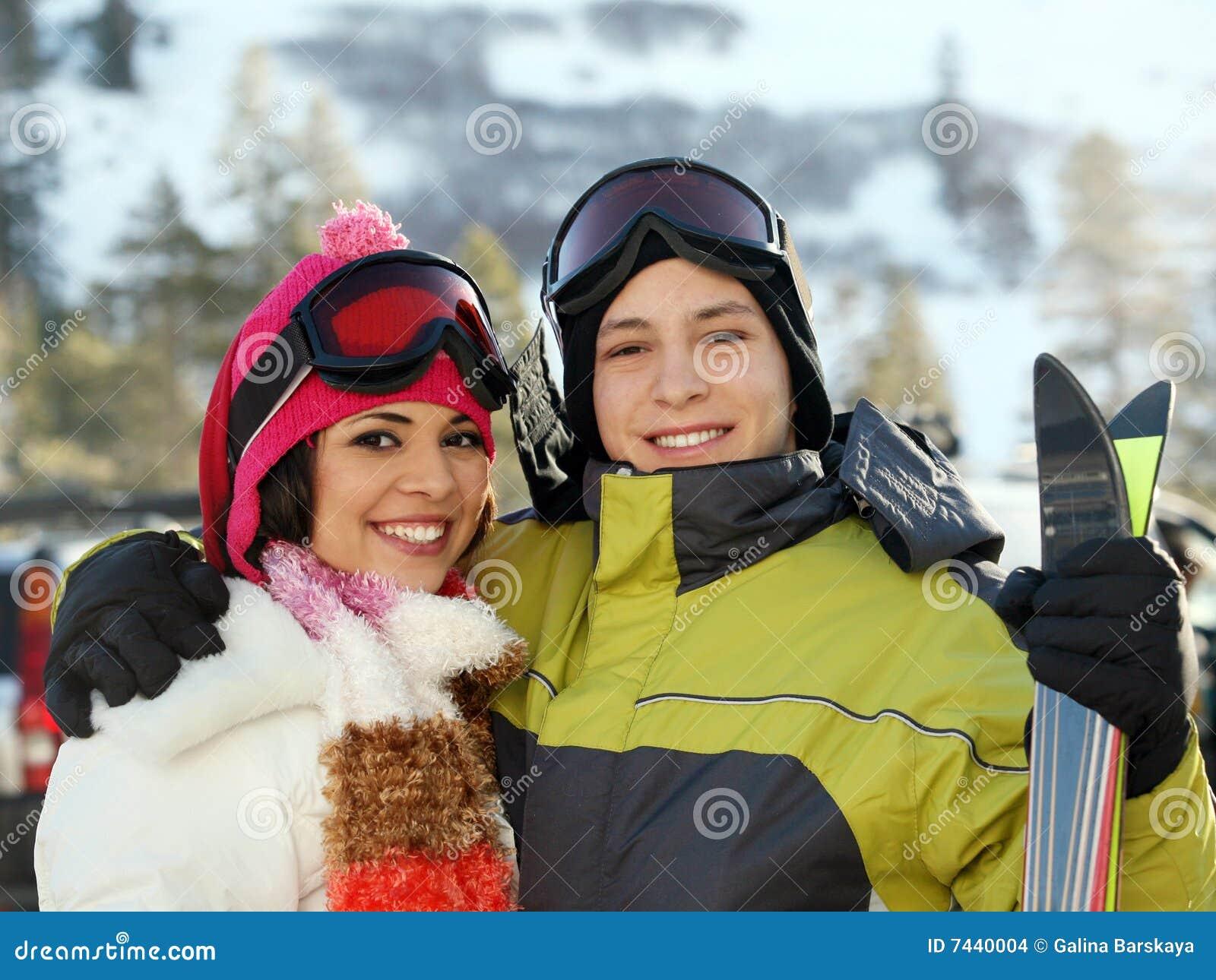 Jong paar bij het skiån toevlucht