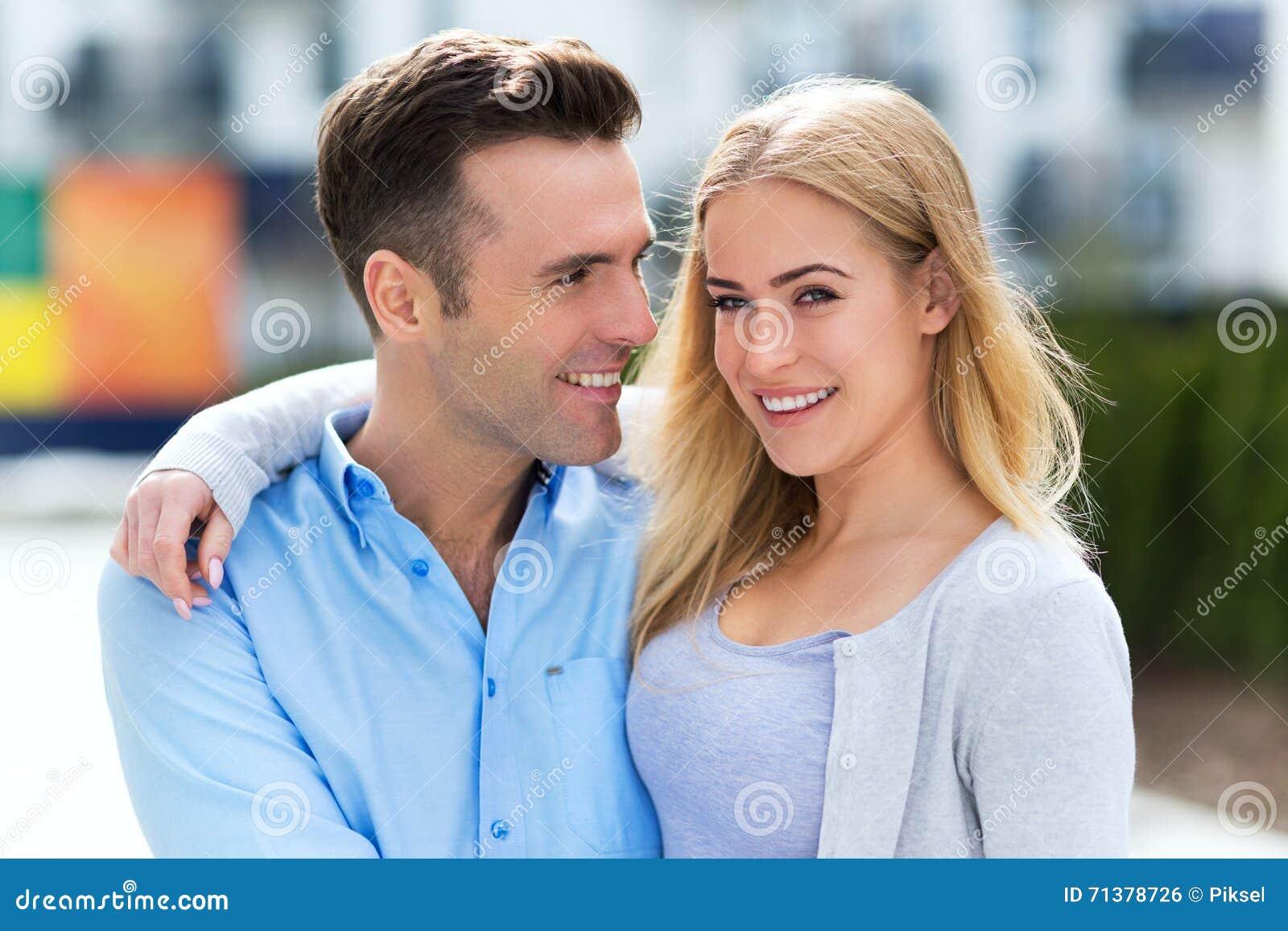 Jong paar dat in openlucht glimlacht
