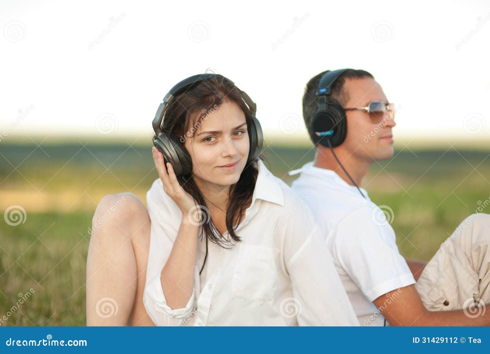 Jong paar die aan muziek luisteren