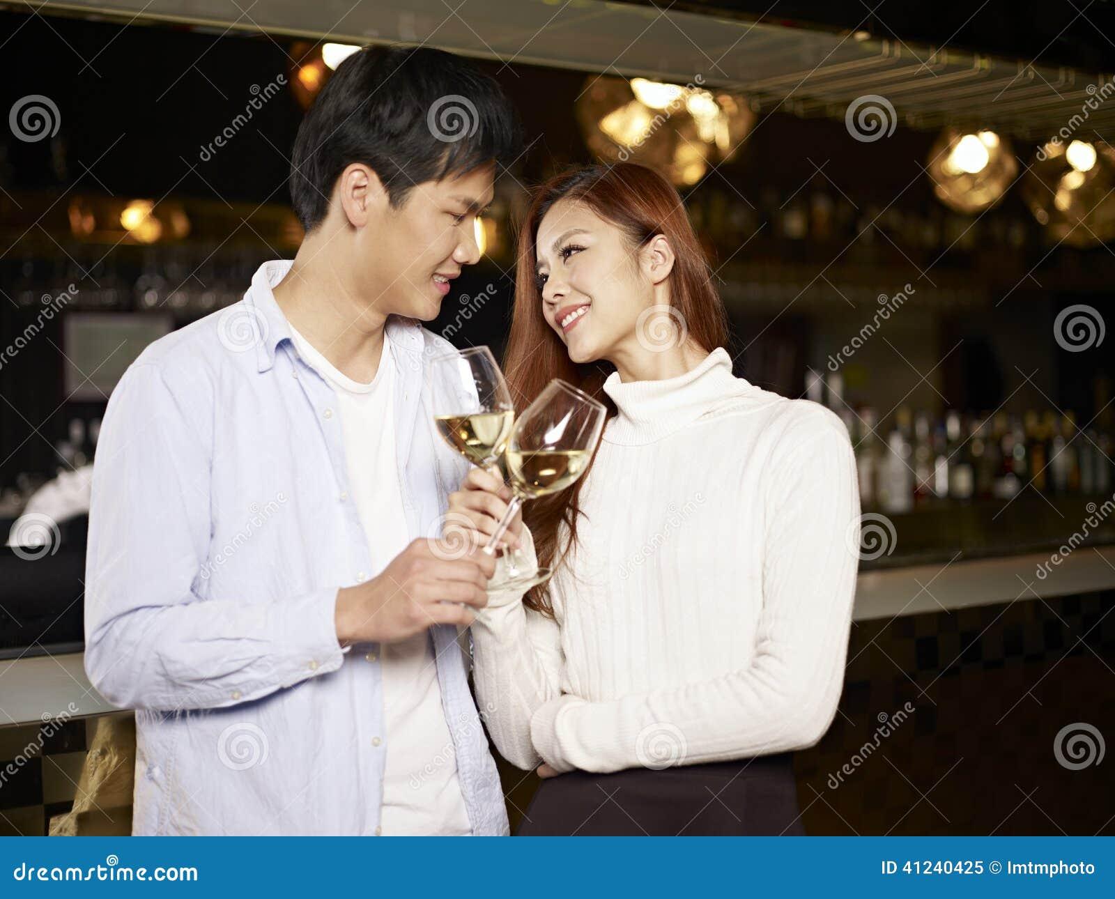 Jong paar die in bar dateren