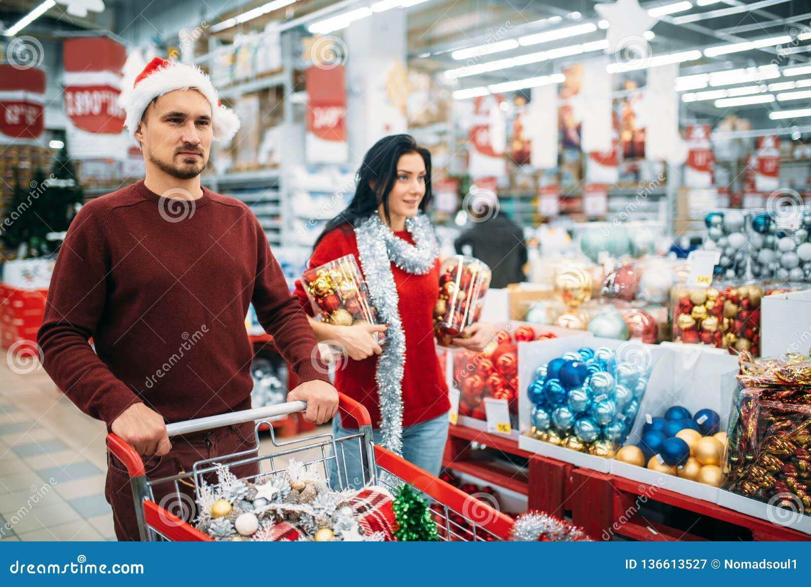 Jong paar die heel wat Kerstmisdecoratie kopen