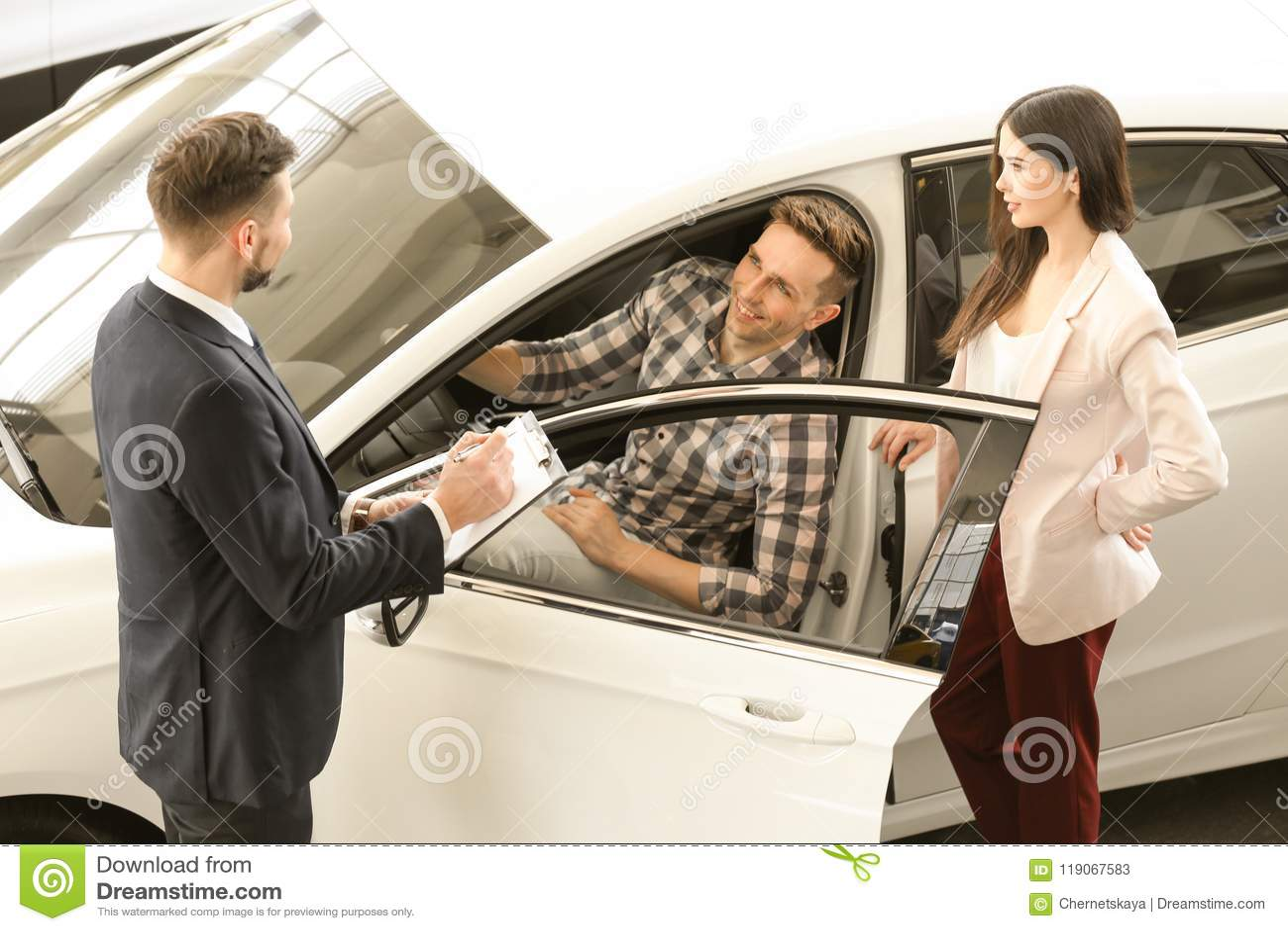 Jong paar die nieuwe auto kopen