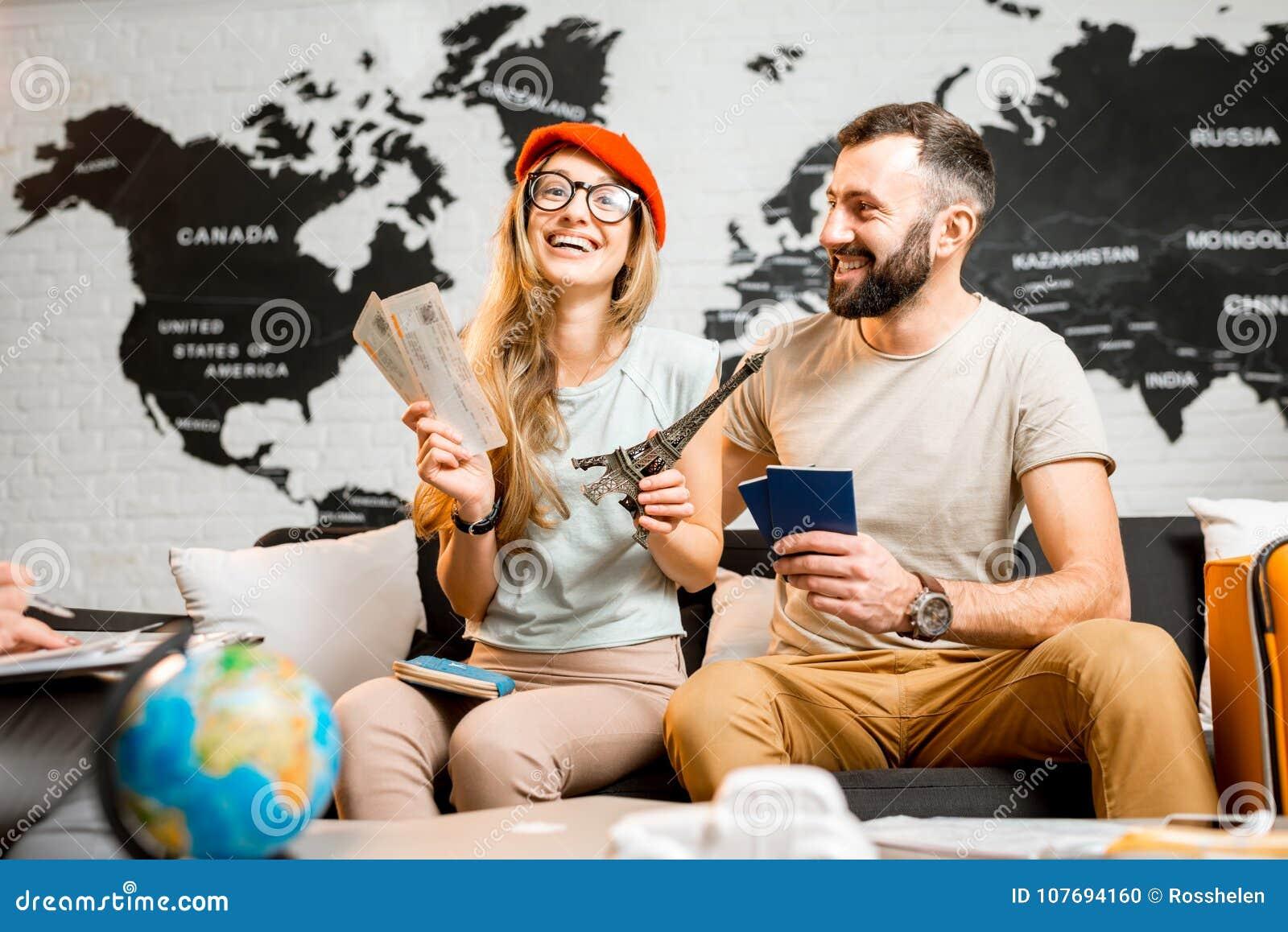Jong paar die over een reis aan Parijs dromen