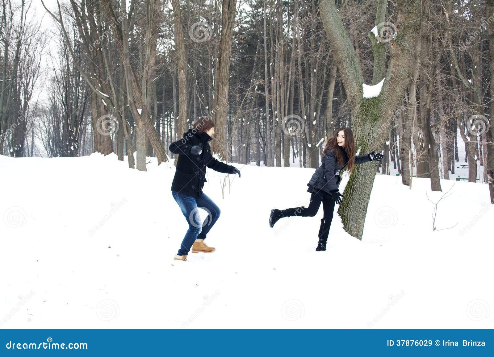 Jong paar die pret in de sneeuw hebben