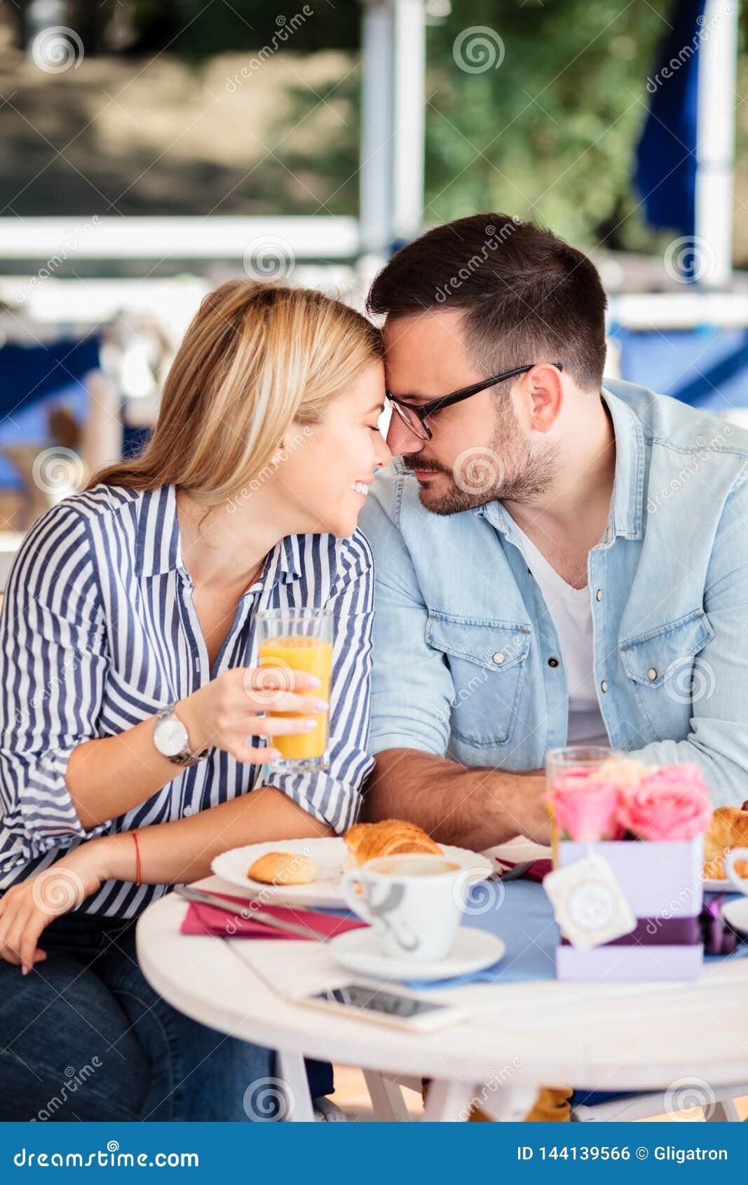 Jong paar in liefde die, teder met voorhoofden raken