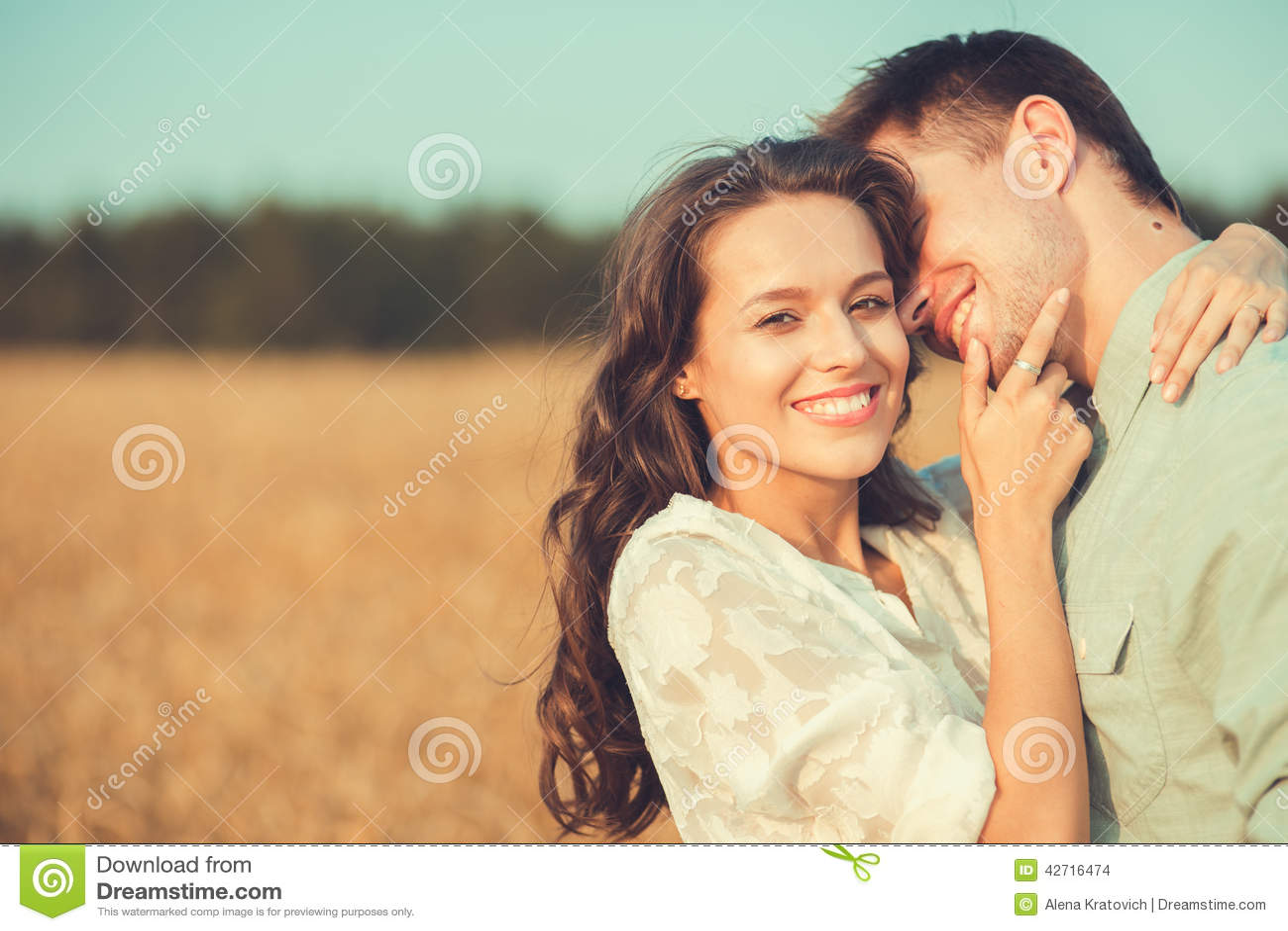 Jong paar in liefde openlucht Het Koesteren van het paar