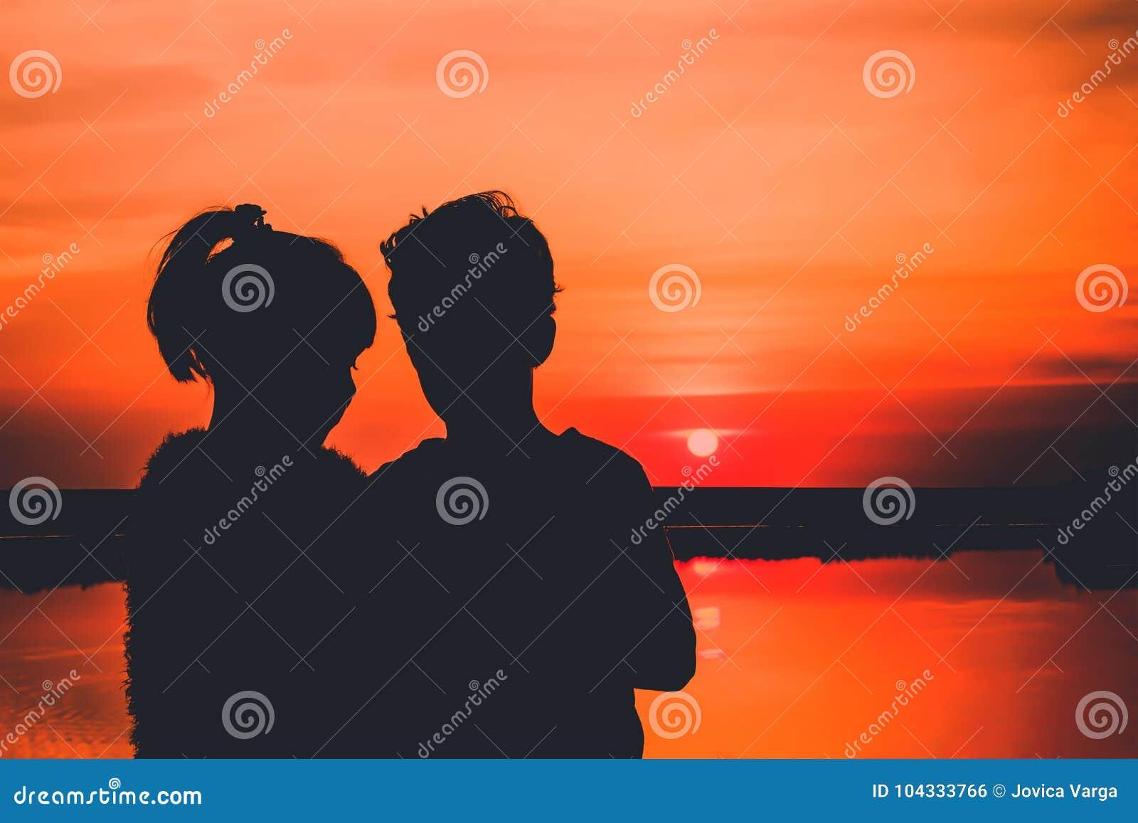 Jong paar in liefde, silhouetten
