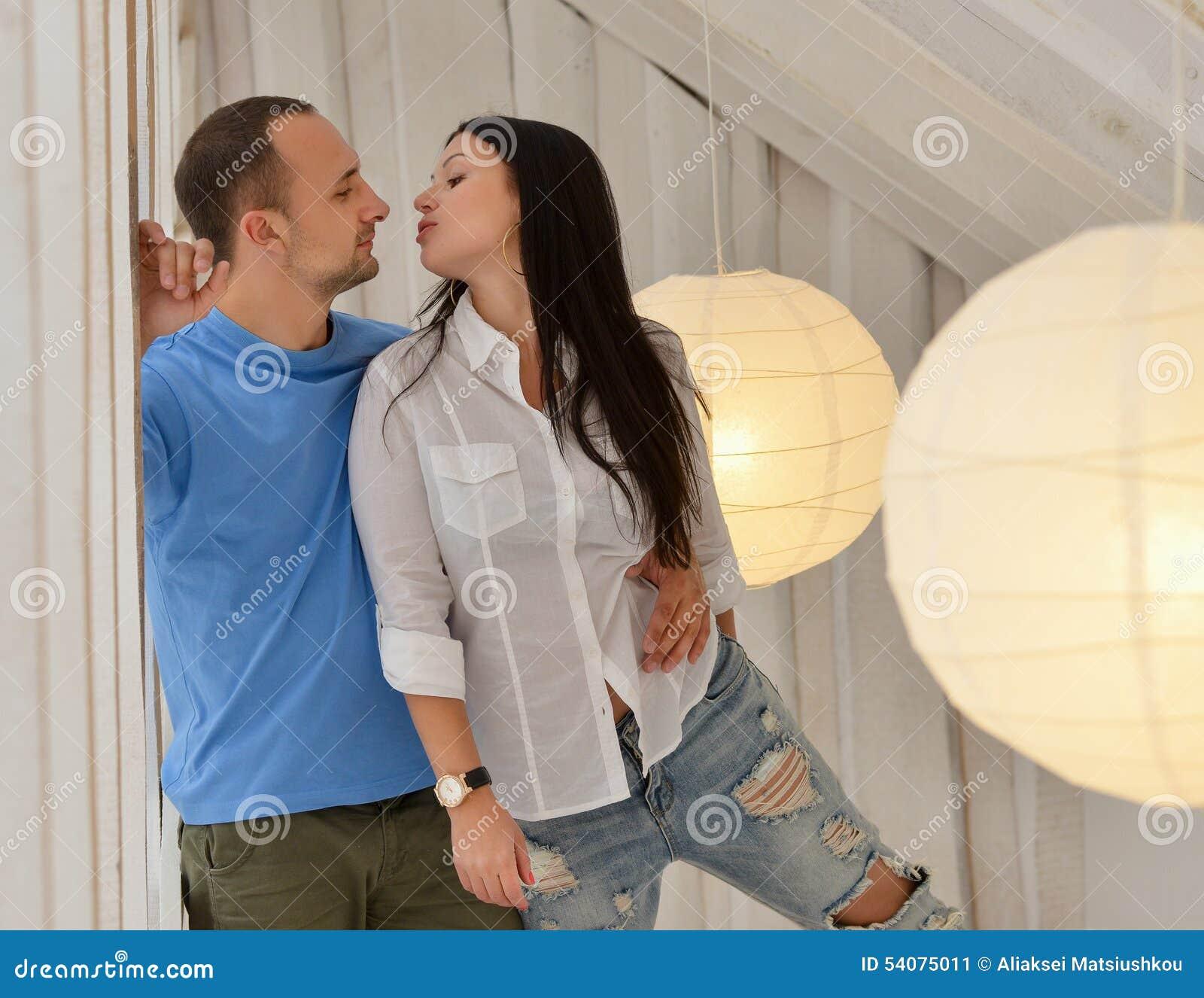 Jong paar in liefde thuis, status