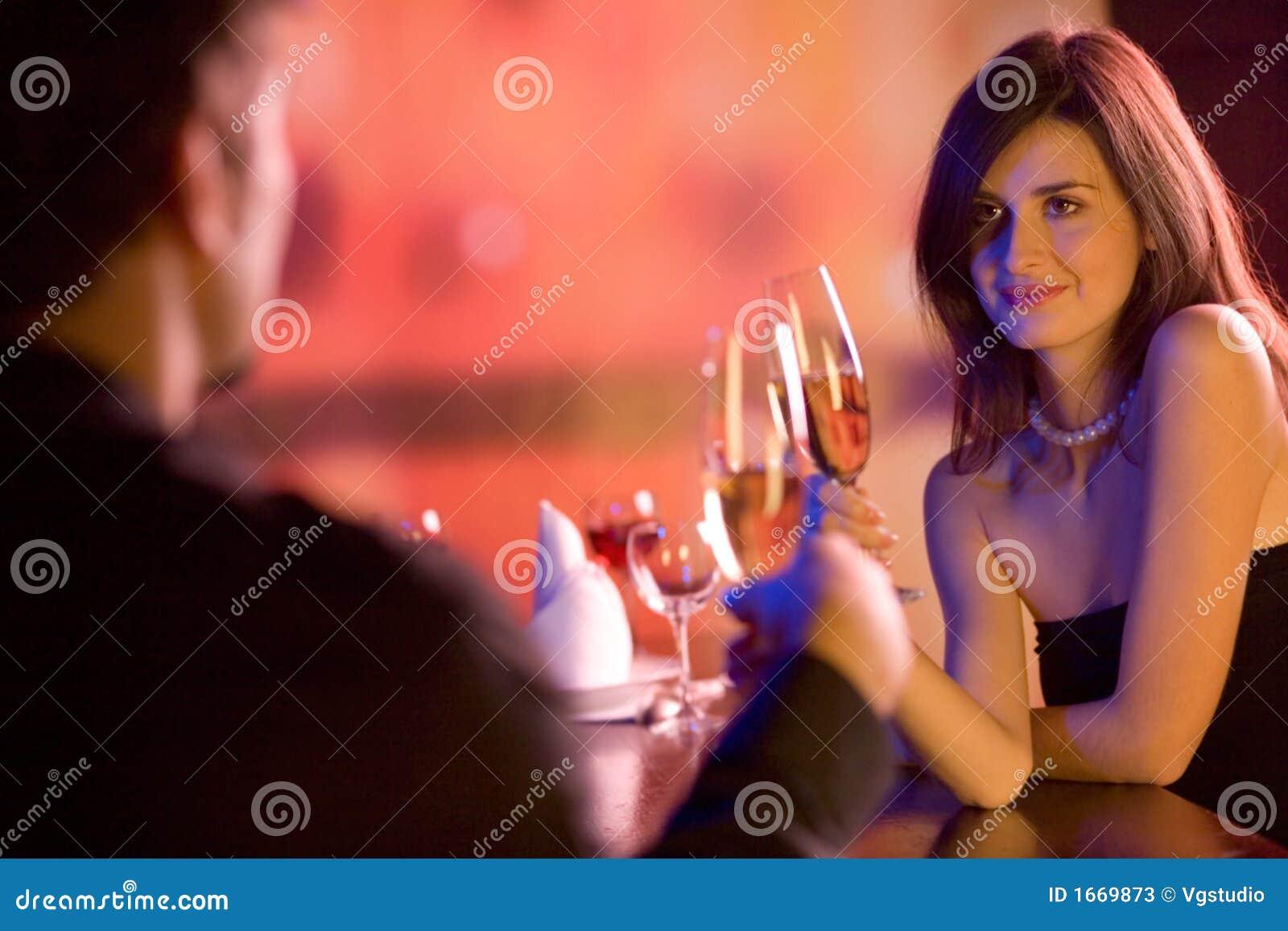 Jong paar met champagneglazen in restaurant