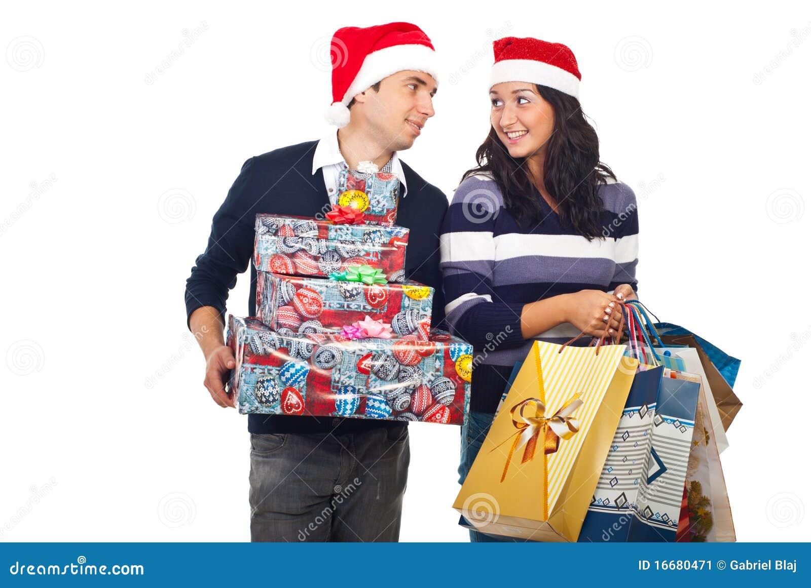 Jong paar met het winkelen van Kerstmis