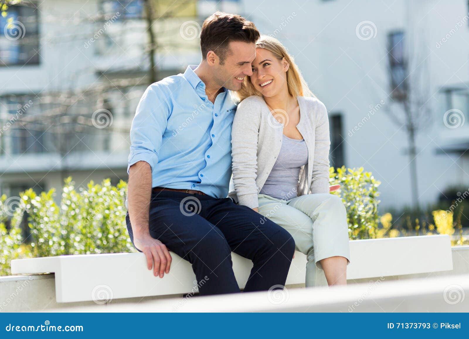 Jong paar in moderne woonwijk
