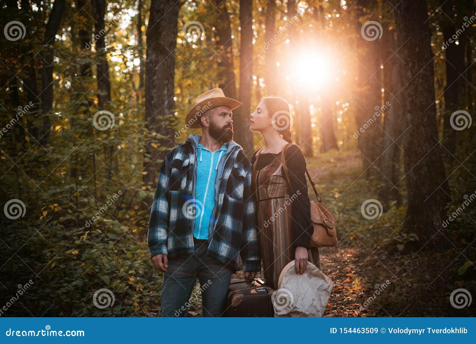 Jong paar in openlucht bij het park op mooie de herfstdag Avontuur, reis, toerisme, stijging en mensenconcept die - glimlachen