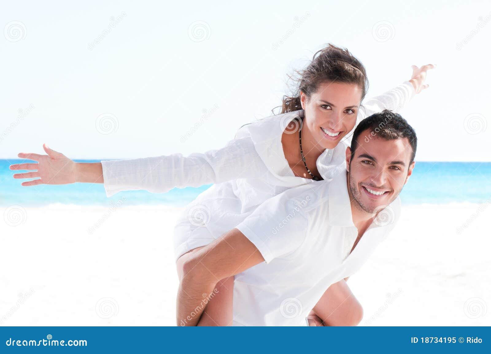 Jong paar samen bij strand