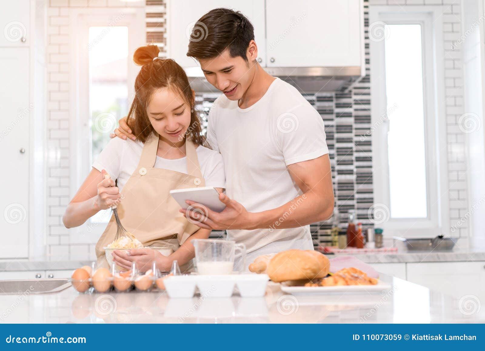 Jong paar samen het koken, Vrouwen eerste barst een ei en gezet in een kom