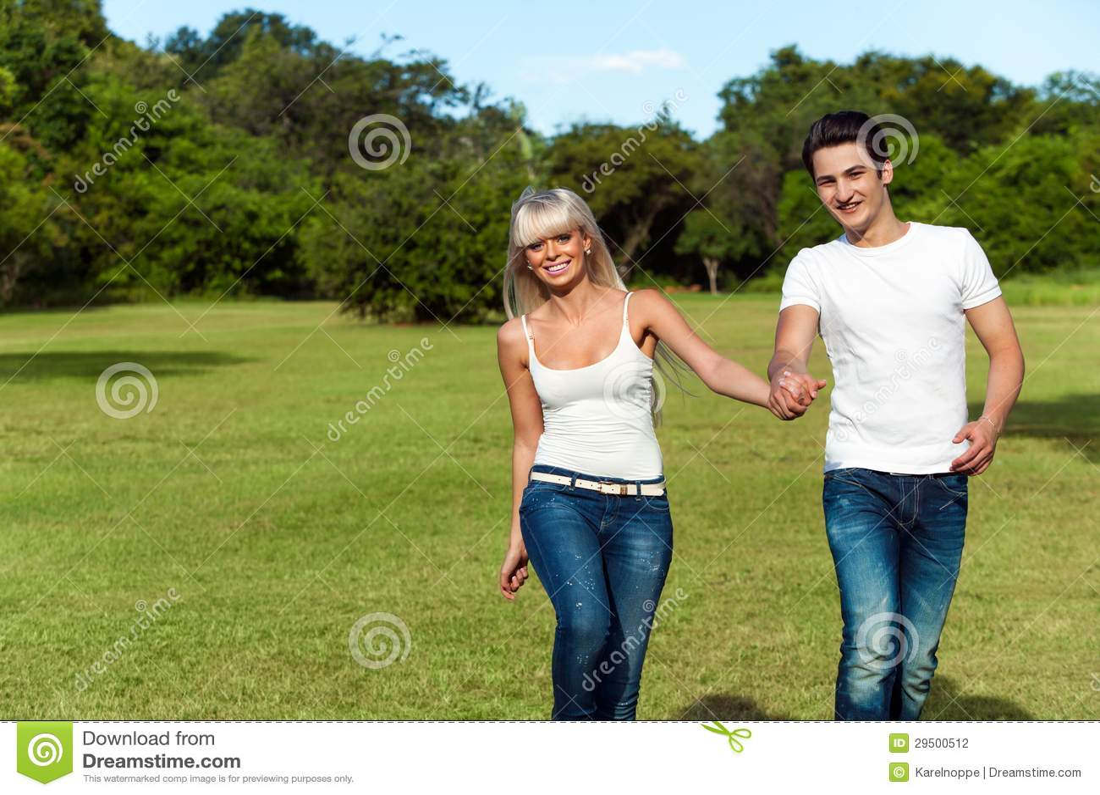 Jong paarhoppen samen in park.