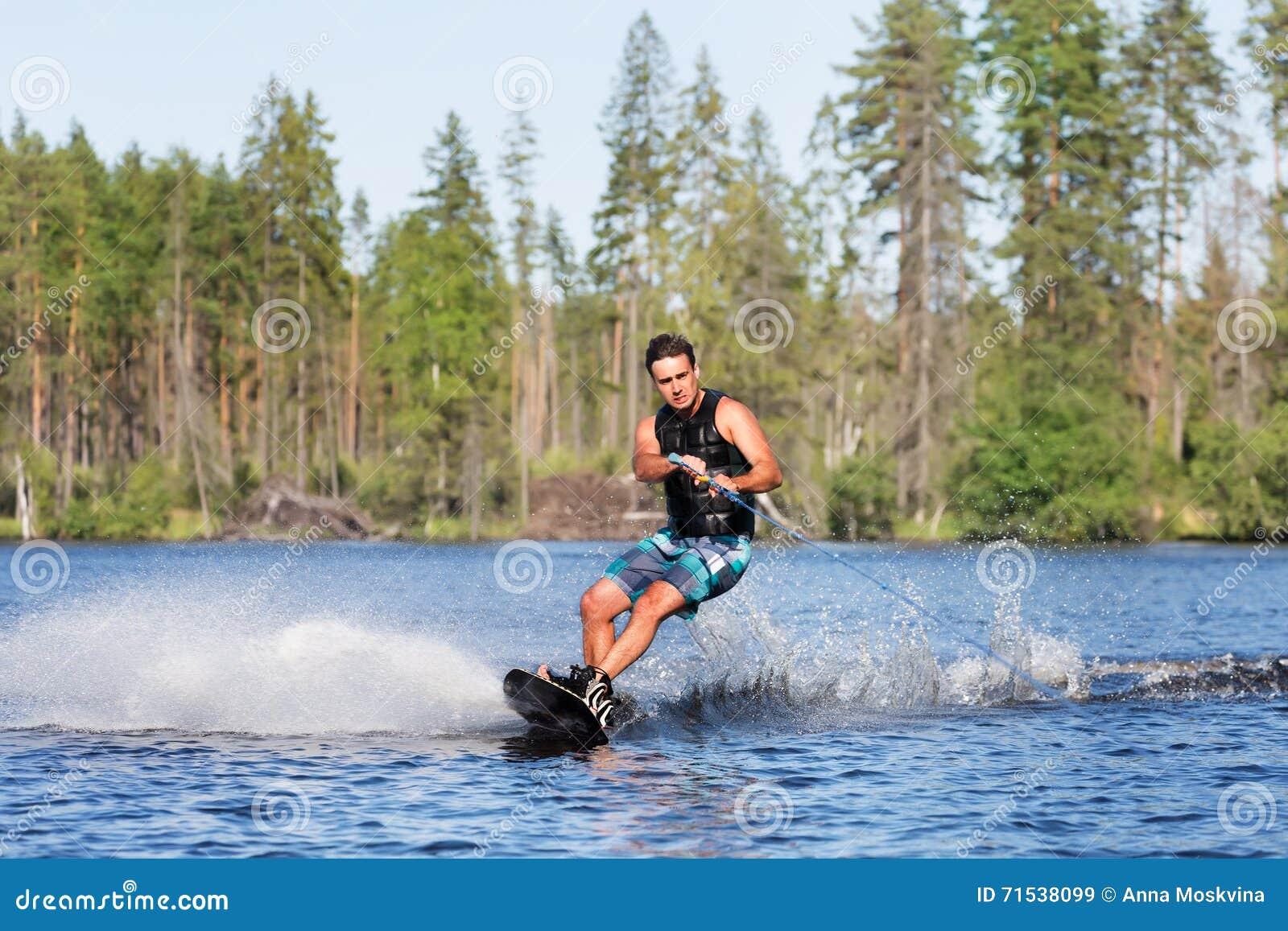 Jong personenvervoer wakeboard op de zomermeer