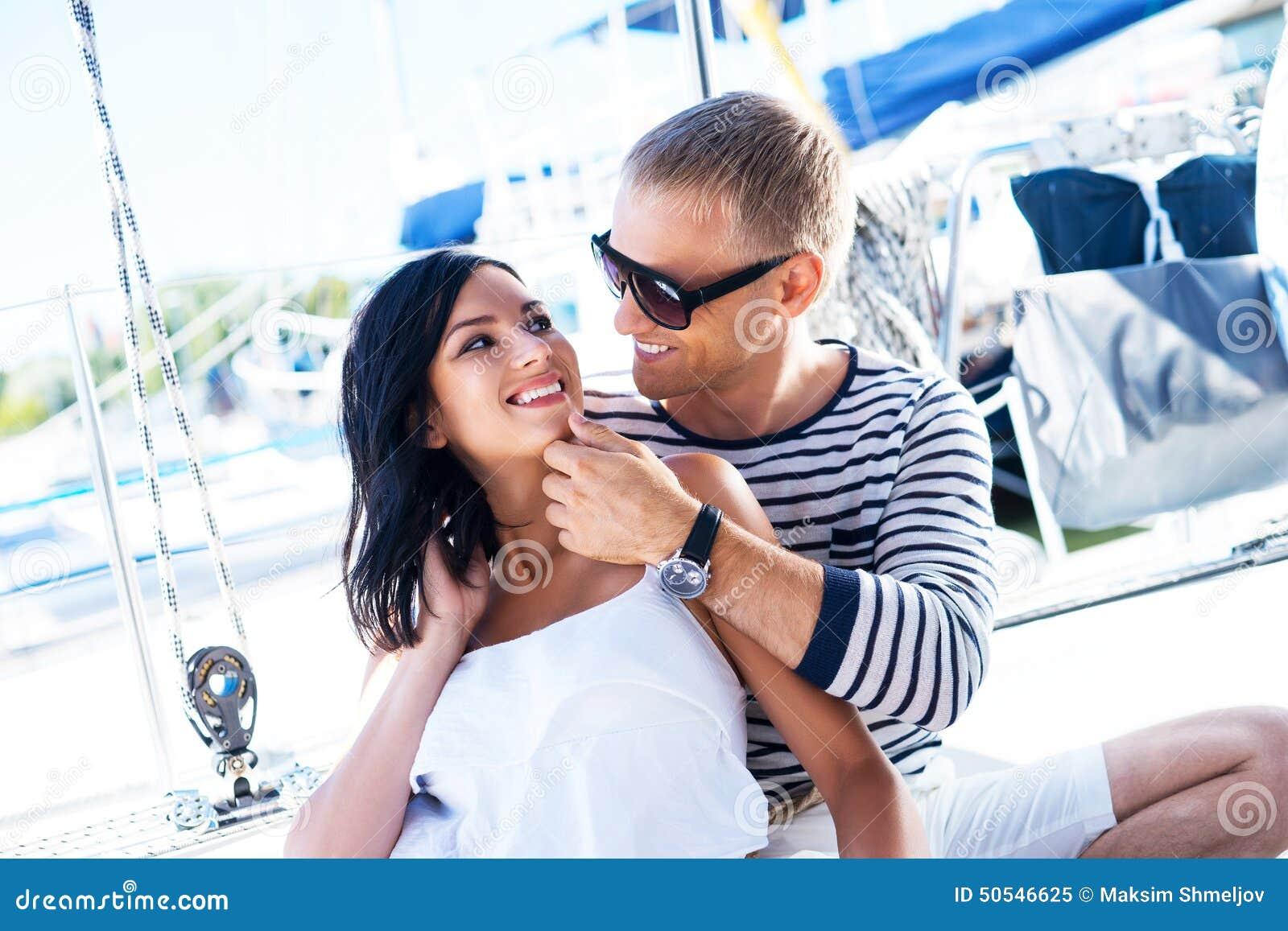 Jong, rijk en aantrekkelijk paar op een varende boot