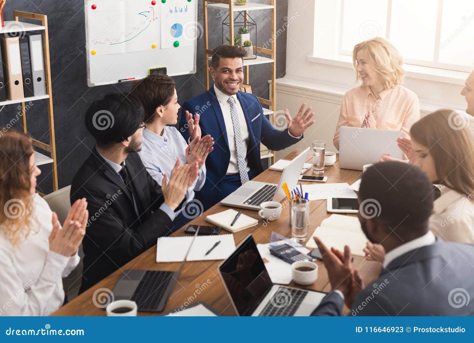 Jong team die project in modern bureau bespreken