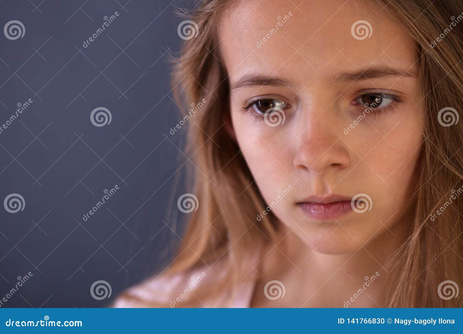 Jong tienerportret van droevig of ongerust gemaakt gir