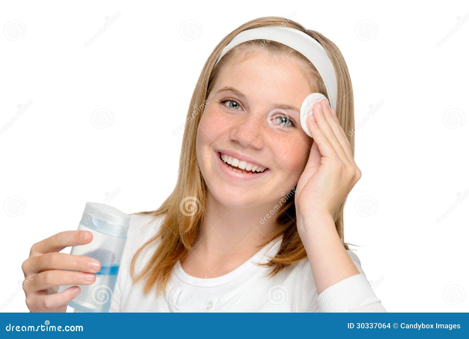 Jong vrolijk meisje die samenstellings reinigend stootkussen verwijderen