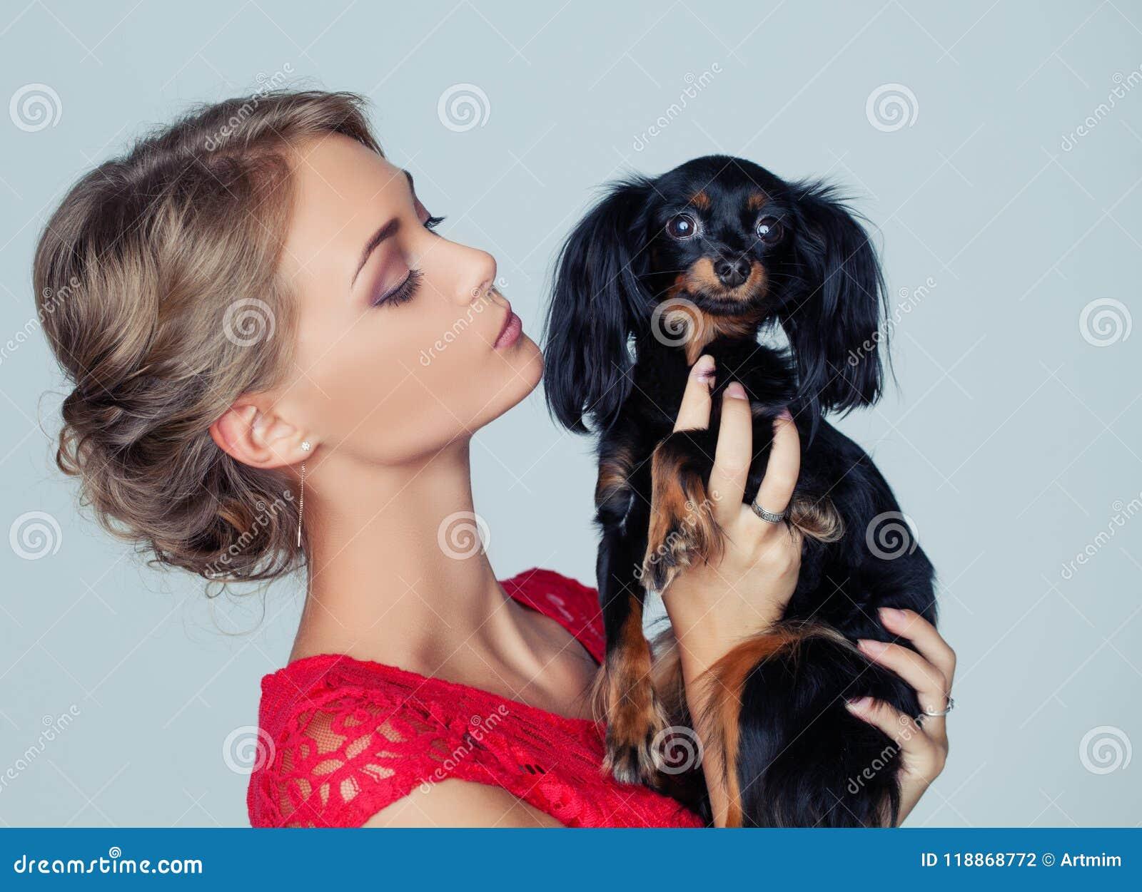 Jong Vrouw het Kussen Puppy op Witte Achtergrond