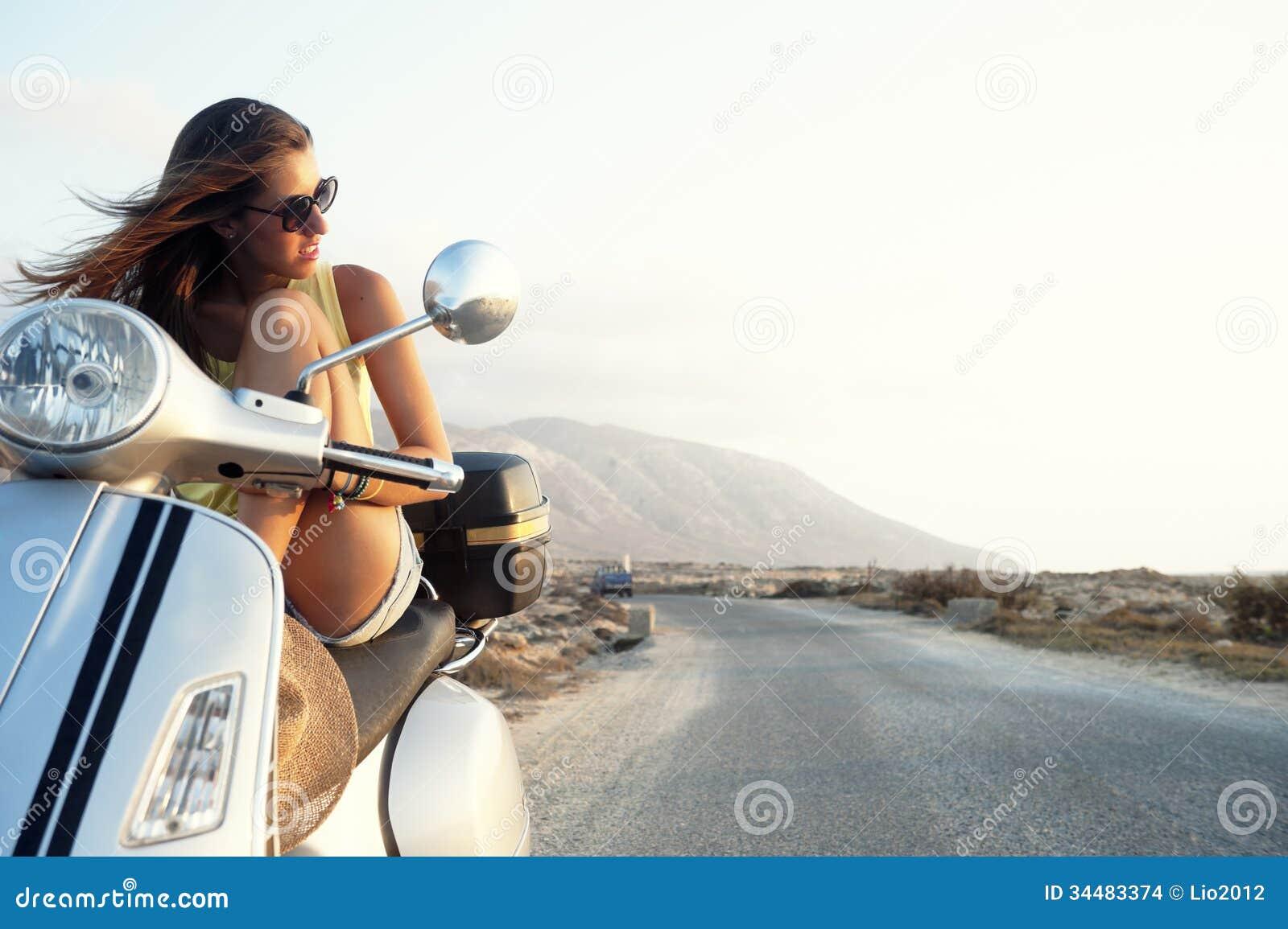 Jong wijfje op motorfietsreis