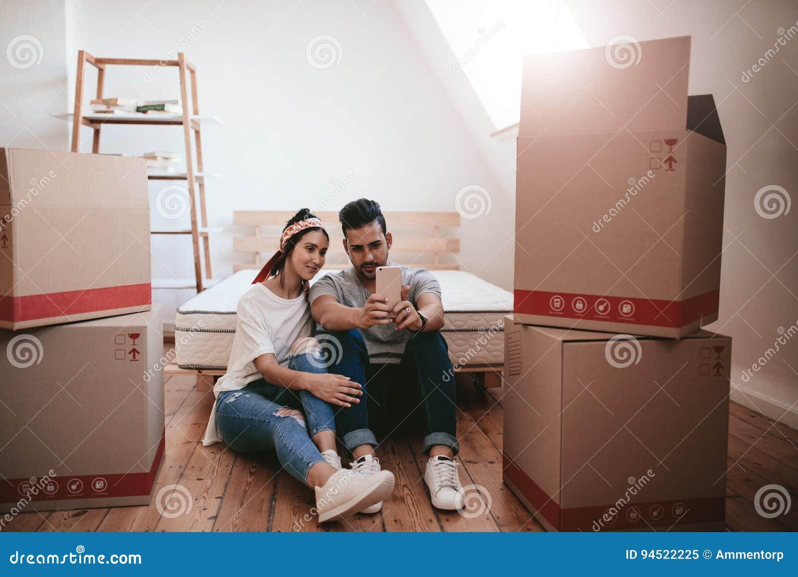 Jong zich in nieuw huis bewegen en paar die selfie nemen