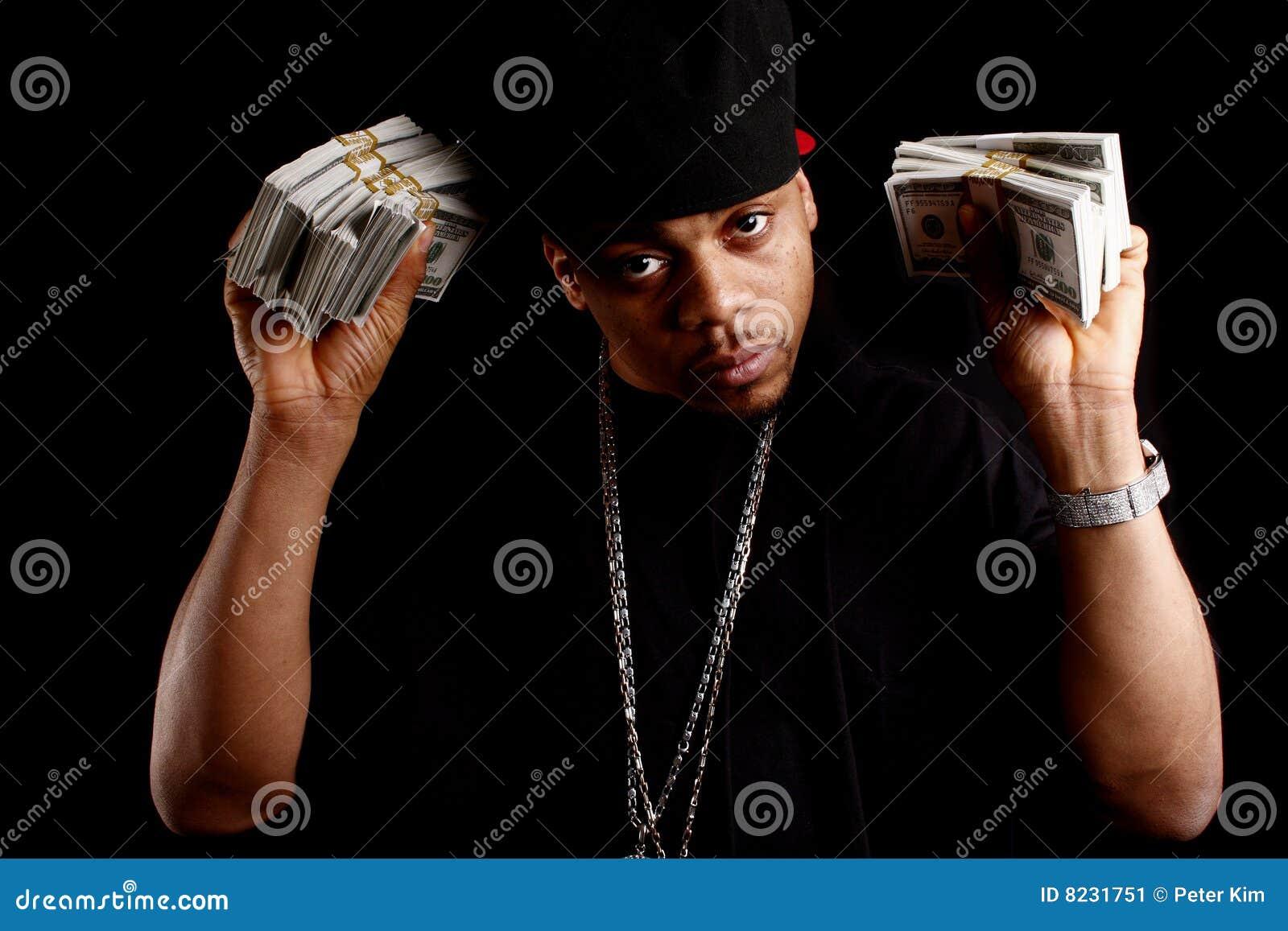 Jong zwart mannetje met contant geld