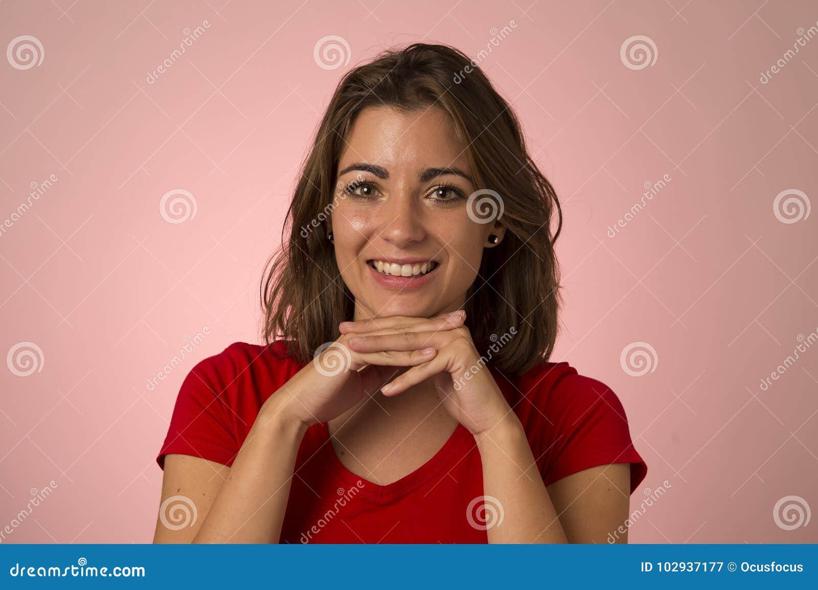 Jonge aantrekkelijke en mooie vrouw die opgewekte en gelukkige tonende positieve en vriendschappelijke gezichtsuitdrukking glimla