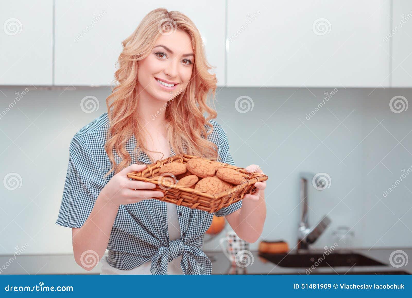 Jonge aantrekkelijke vrouw die huisgebakje maken