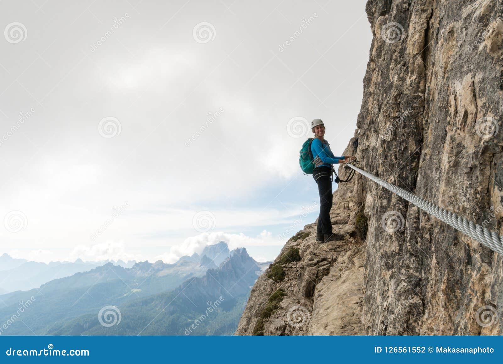 Jonge aantrekkelijke vrouwelijke alpinist in het Dolomiet van Italië