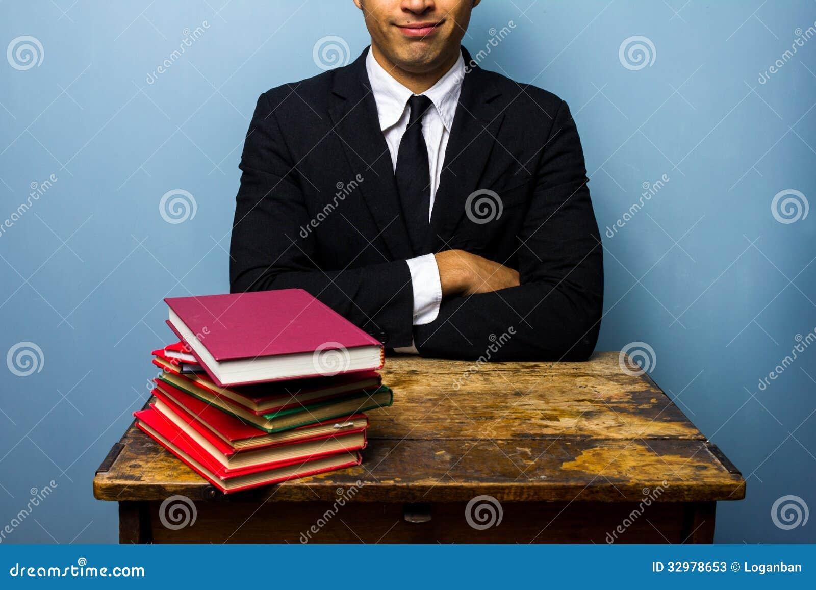 Jonge advocaat met stapel boeken