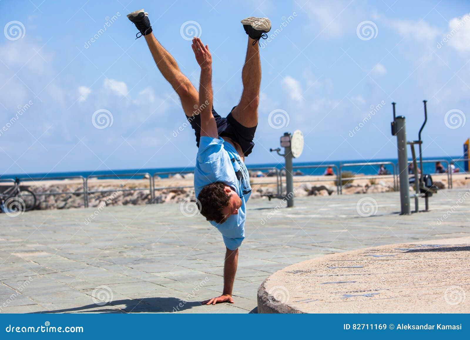 Jonge atleet die Parkour-trucs doen
