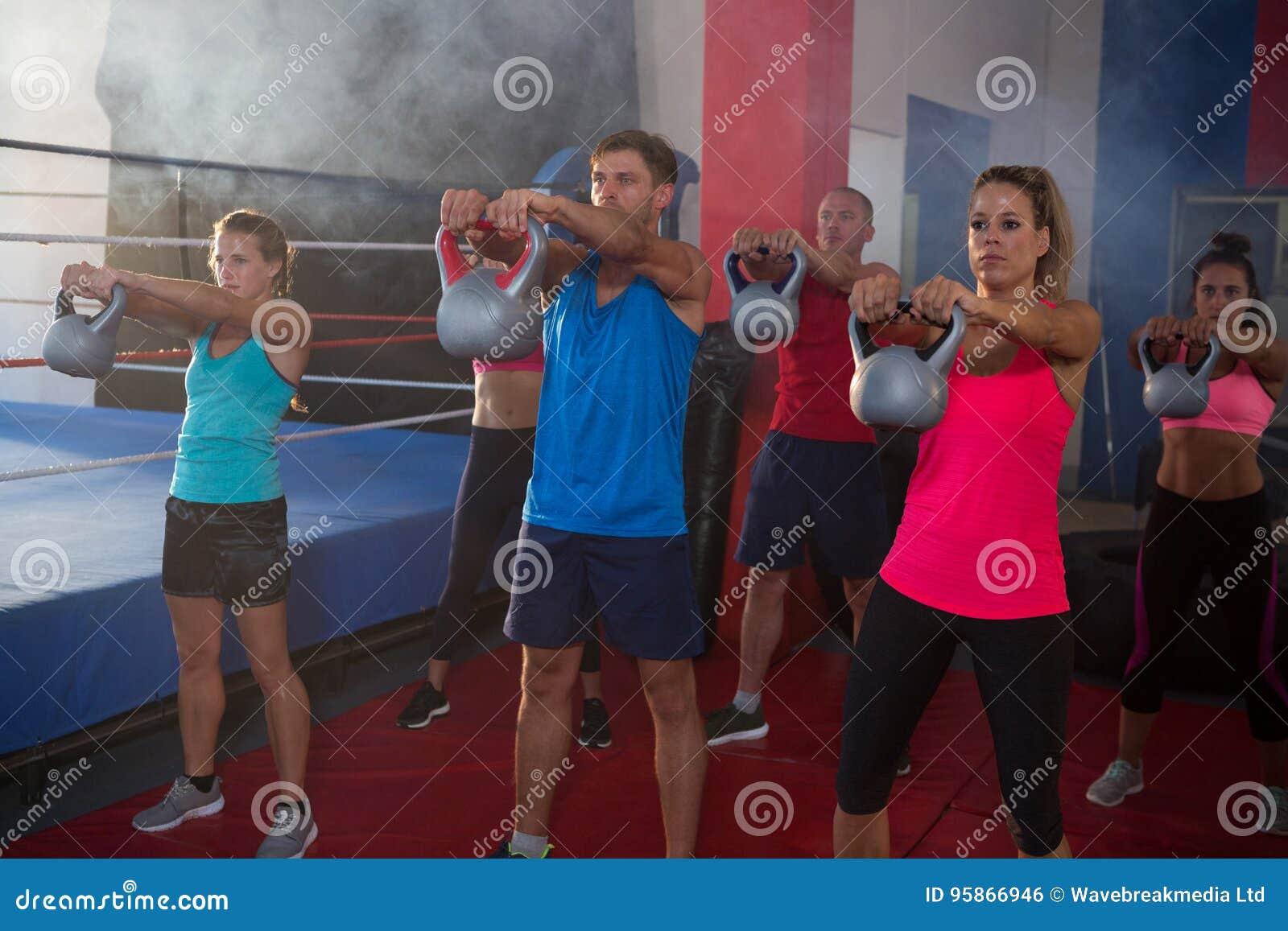 Jonge atleten die met ketels door boksring uitoefenen