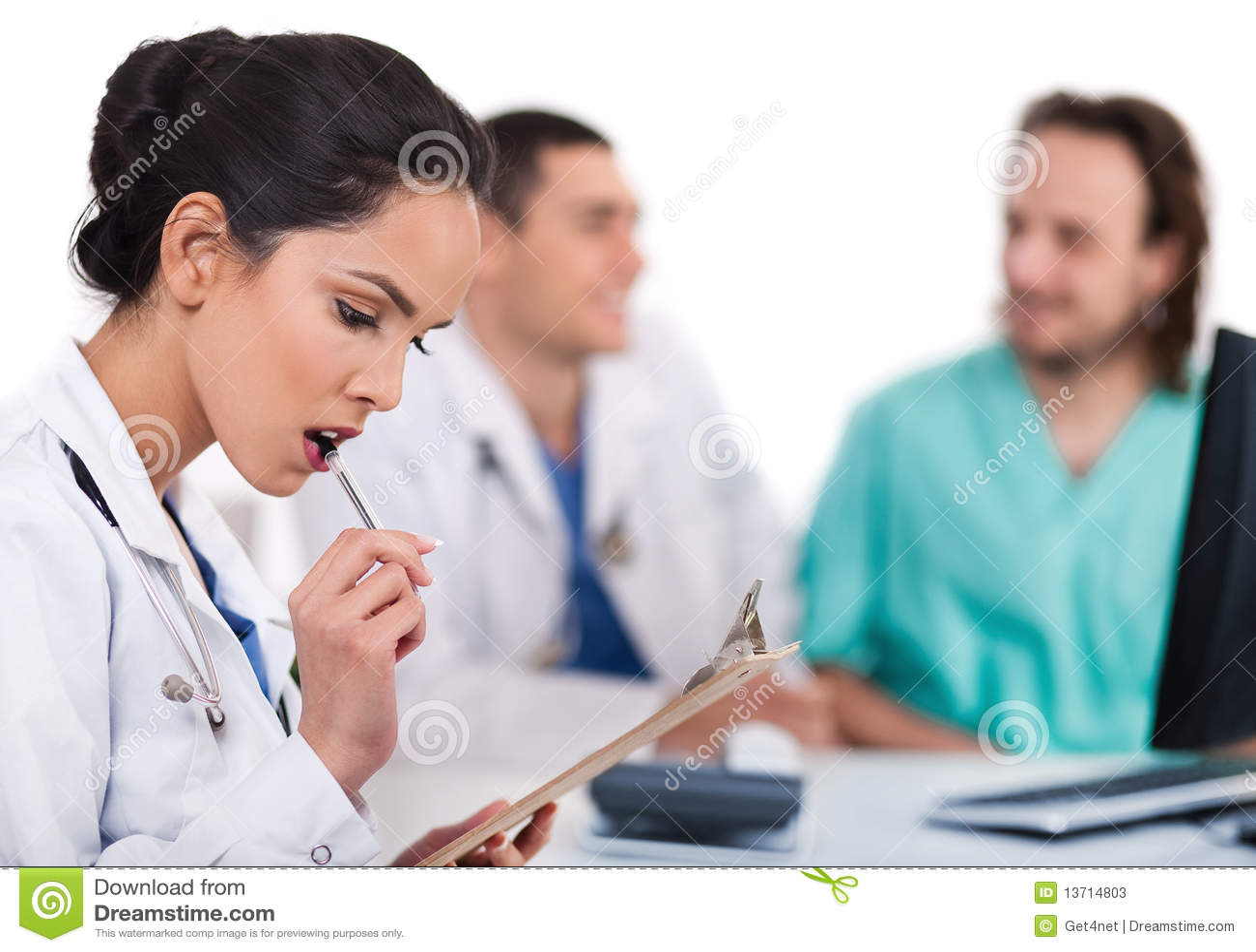 Jonge Aziatische arts die met de pen denkt