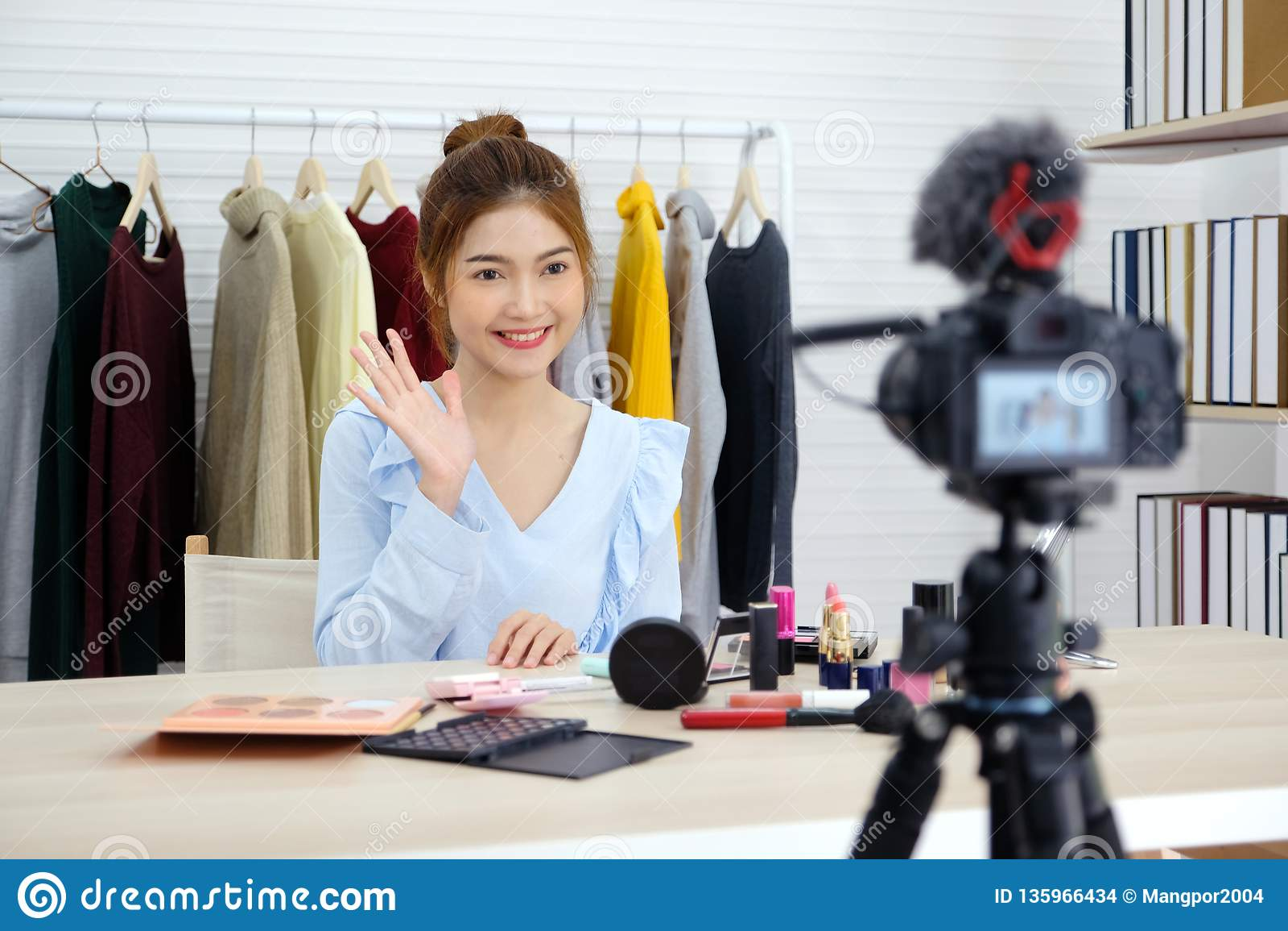 Jonge Aziatische vrouwenschoonheid die blogger tonen hoe te videoopname van een privé-leraar door camera omhoog te maken, vlog co