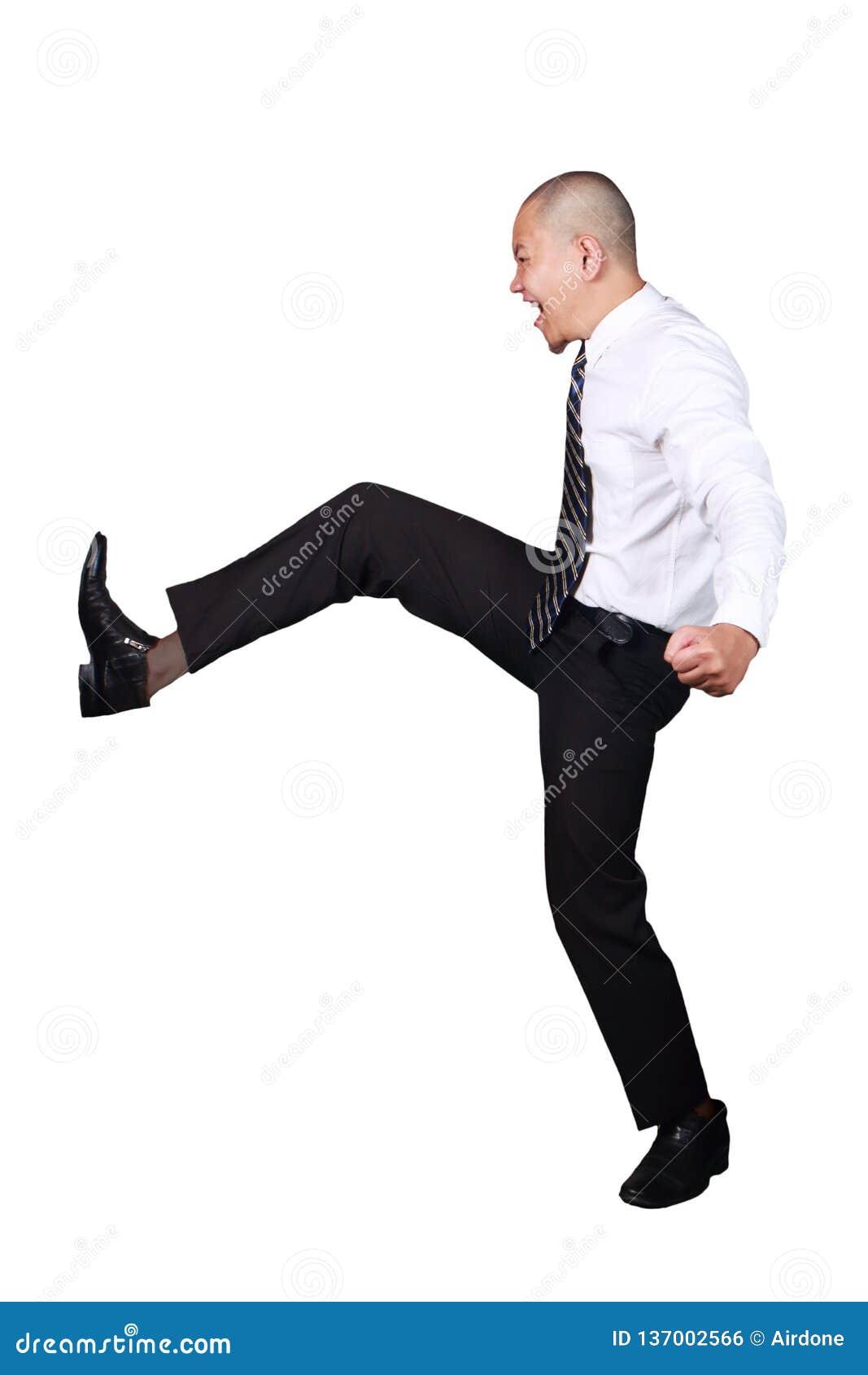 Jonge Aziatische Zakenman Kicking Gesture, Schreeuwenuitdrukking