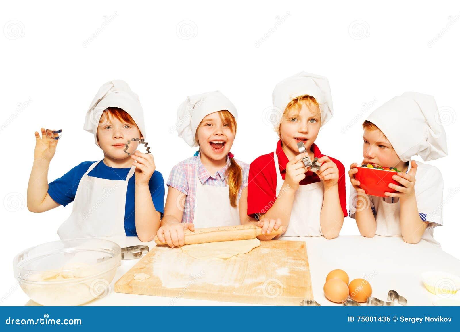 Jonge bakkers die deeg met keuken-materiaal maken