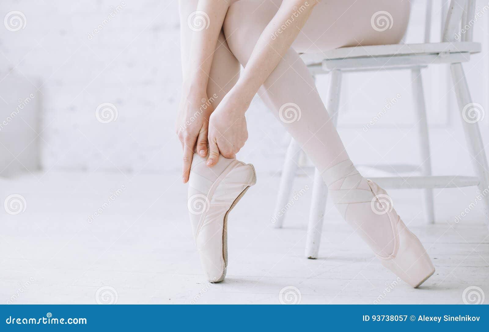 Jonge ballerina die zich op poite bij staaf in balletklasse bevinden