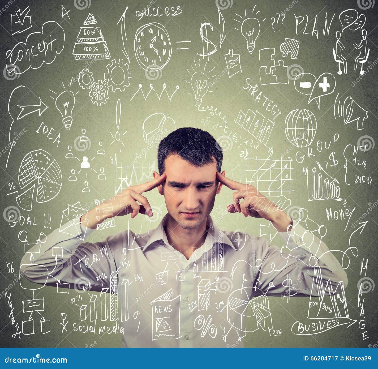 Jonge bedrijfsmens die hard denken hoe te moeilijk nieuw project te beheren stock afbeelding - Hoe te beheren ...