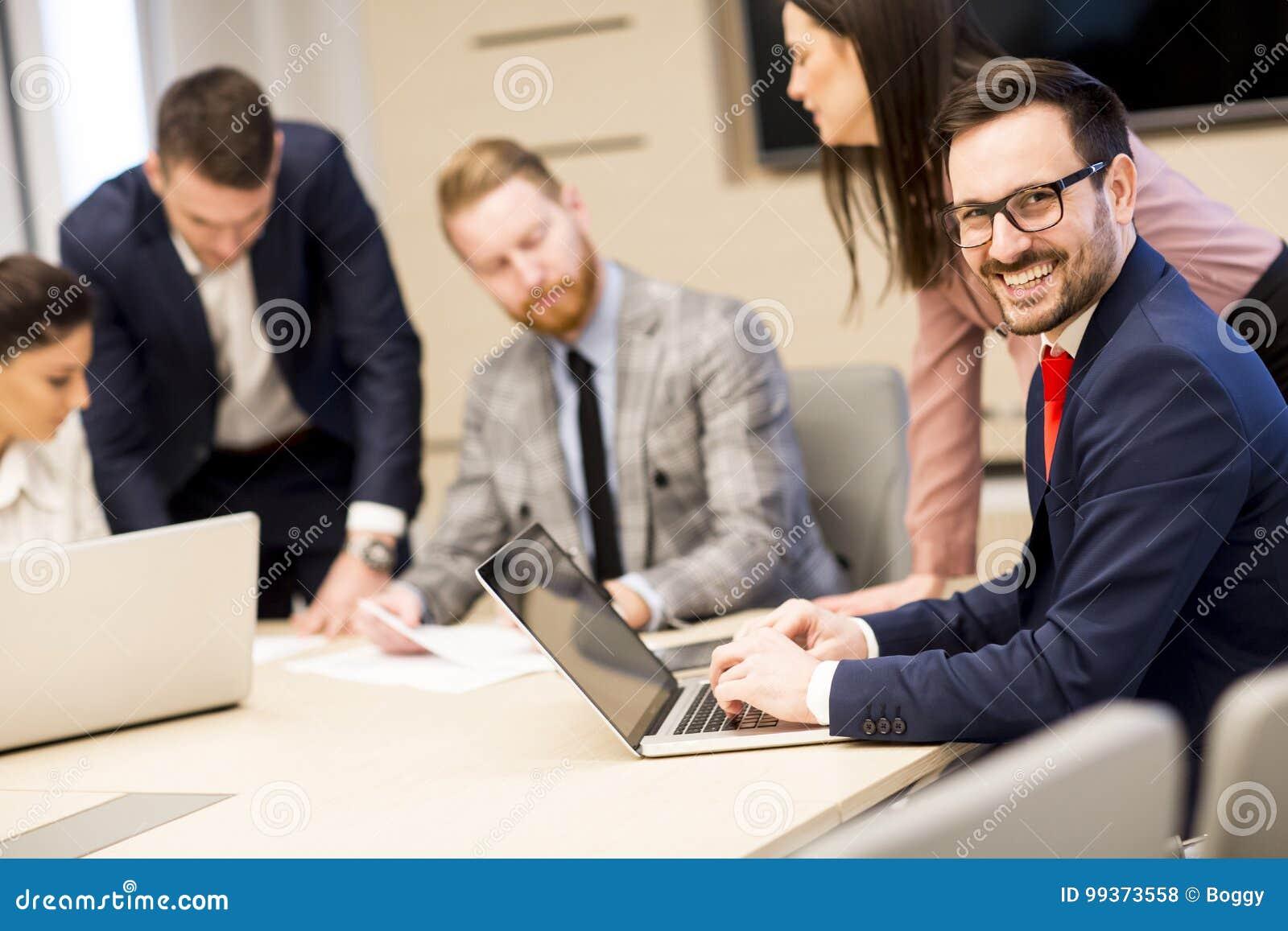 Jonge bedrijfsmensen die in bureau samenwerken