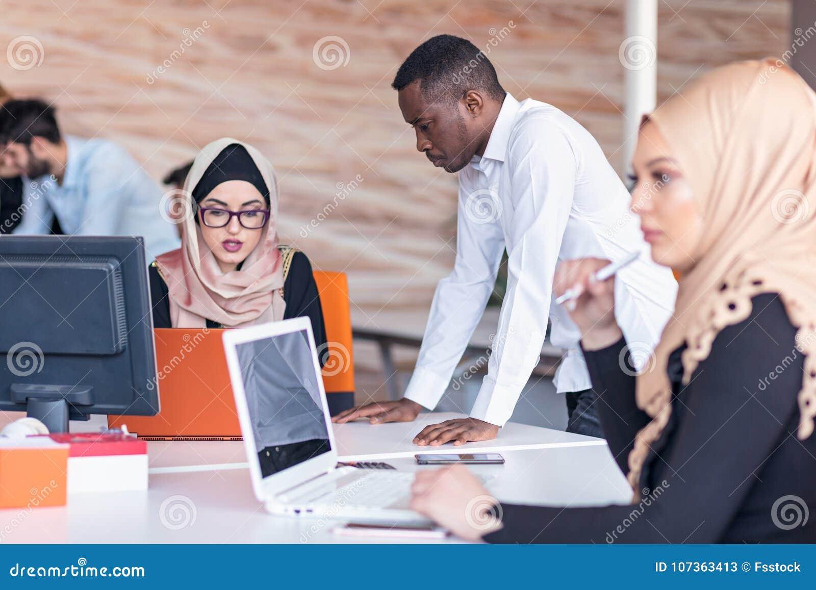 Jonge bedrijfsmensen die op kantoor aan nieuw project werken opstarten, concept, team
