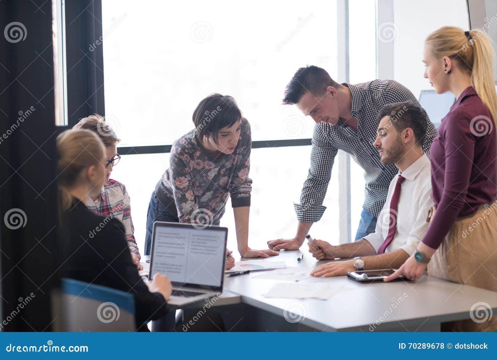 Jonge bedrijfsmensengroep op vergadering op modern kantoor
