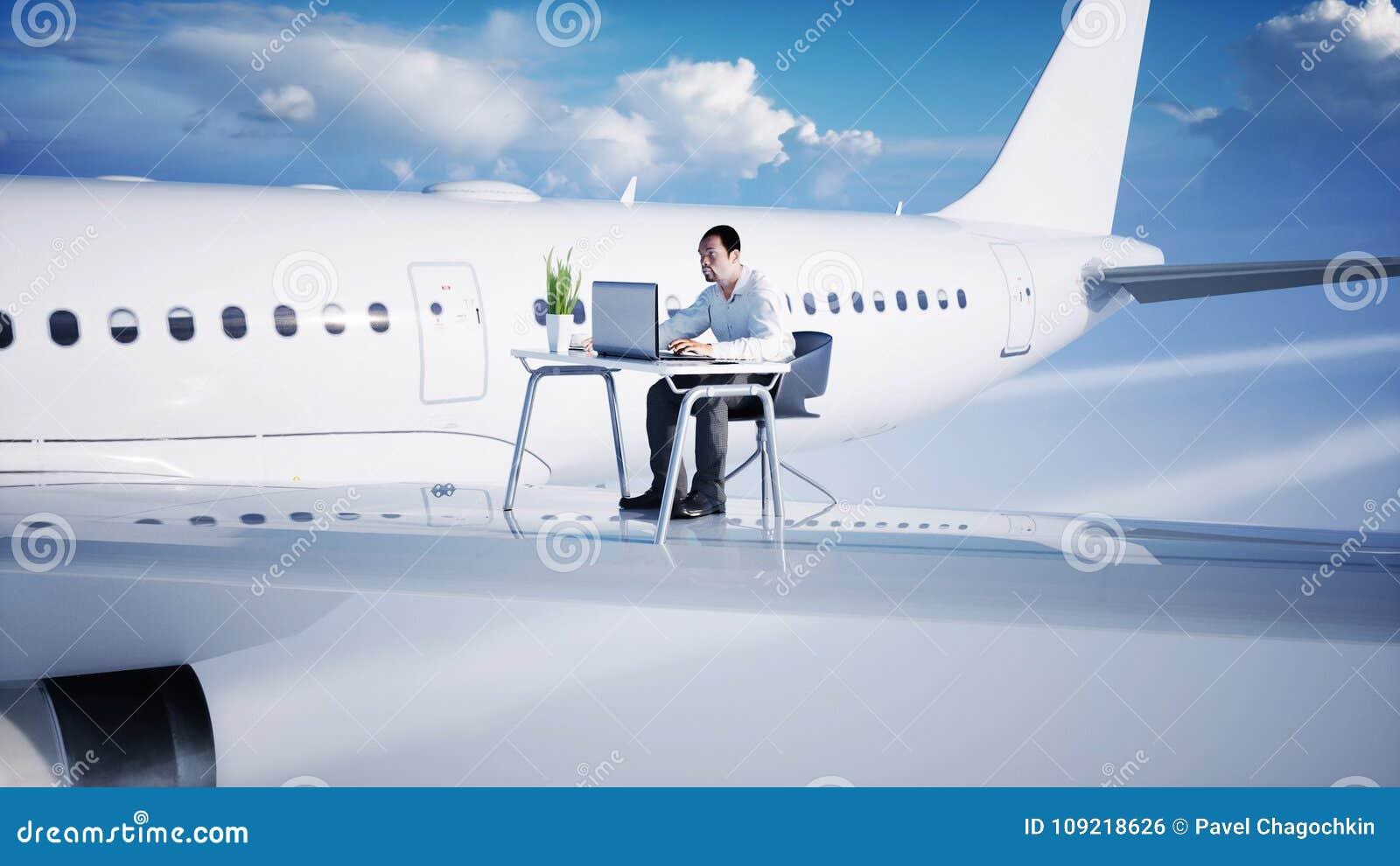 Jonge bezige zakenman die aan het vliegende vliegtuig werken Afrikaans mannetje die het scherm van laptop op het bureau onderzoek