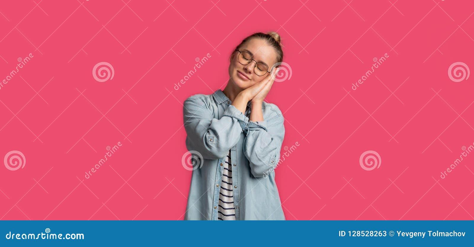 Jonge blonde vrouw in en oogglazen die bevinden zich speeping